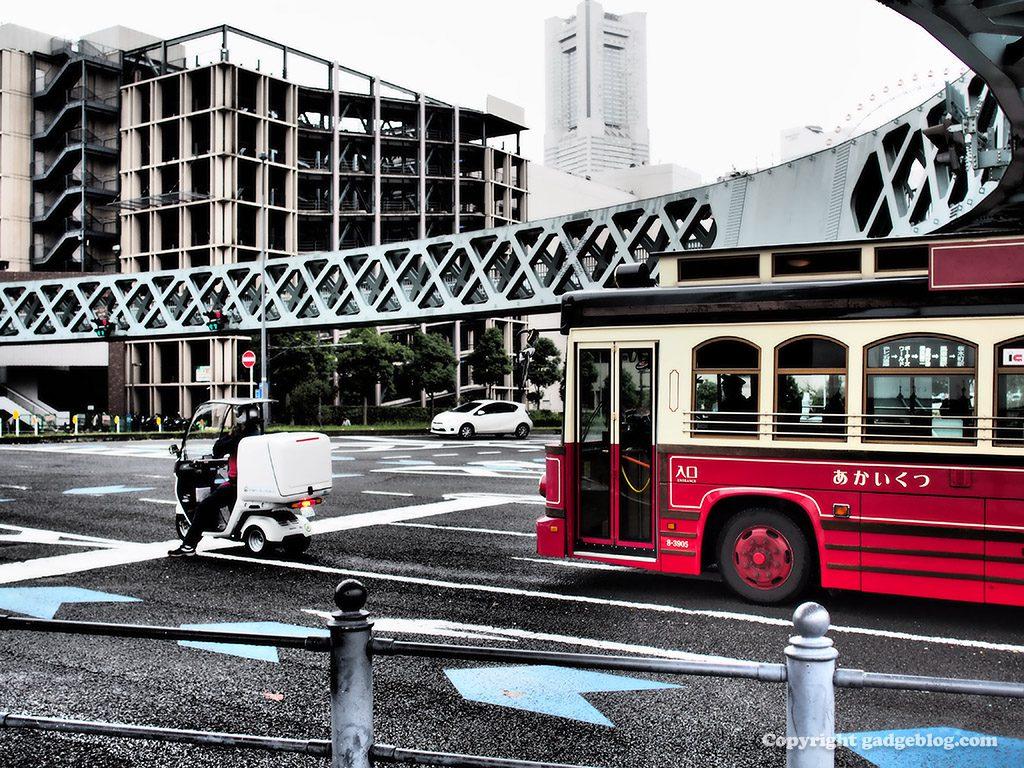 サークルウォークと赤いバス