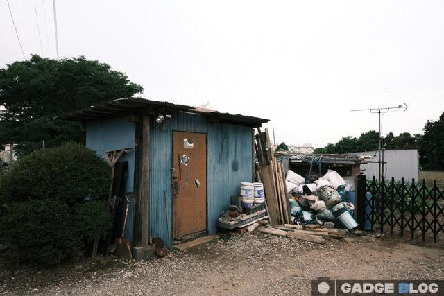 ゴミ溜めとトタンの倉庫